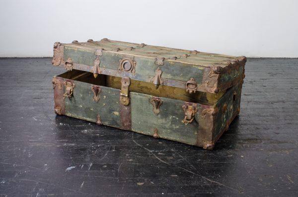 Lounge- vintage trunk