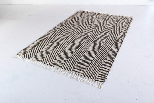 Area Rug, Black And Ivory Woven Chevron 5'x8′